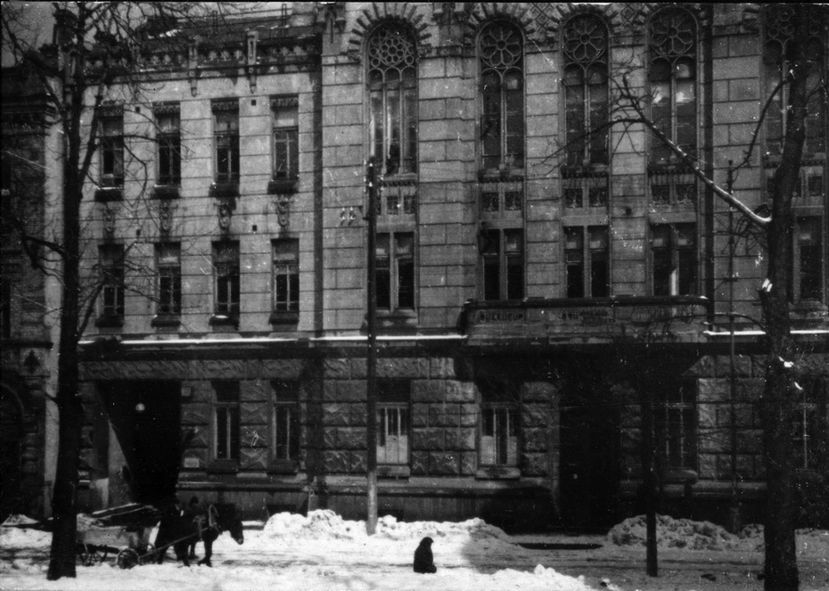 1944. Станция скорой помощи (Рейтарская, 22). Здание построено в 1913 году (автор проекта Иосиф Зецкер) в усадьбе губернского земства. Скорая помощь возобновила работу на второй день после изгнания немецко-фашистских оккупантов. В 1950-е годы в этом здании находилось Министерство здравоохранения УССР