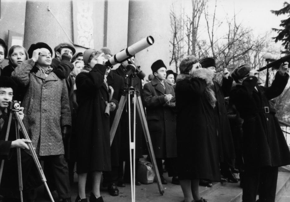 Киевляне возле планетария наблюдают за солнечным затмением. 15.02.1961 года