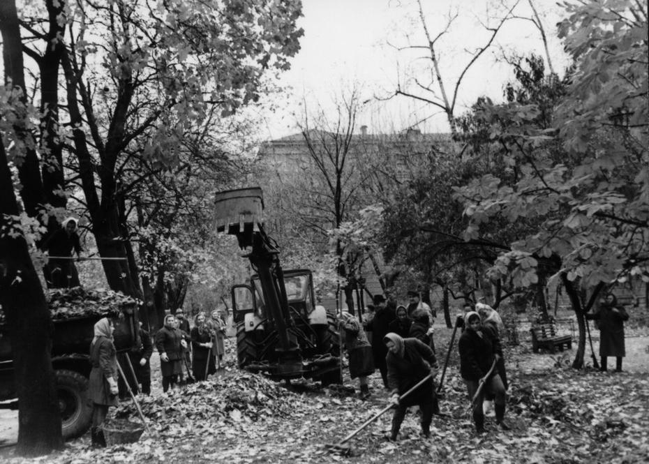 1970.10. Субботник по благоустройству города на улице Богомольца