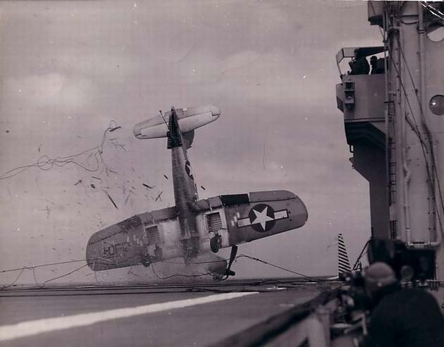 Аварийная посадка американского палубного истребителя F4U «Корсар» (Chance Vought F4U Corsair) на палубу авианосца.