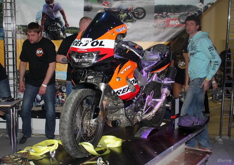 """Honda VTR1000F в качестве вилли-машины, мотоклуб """"Risk"""""""