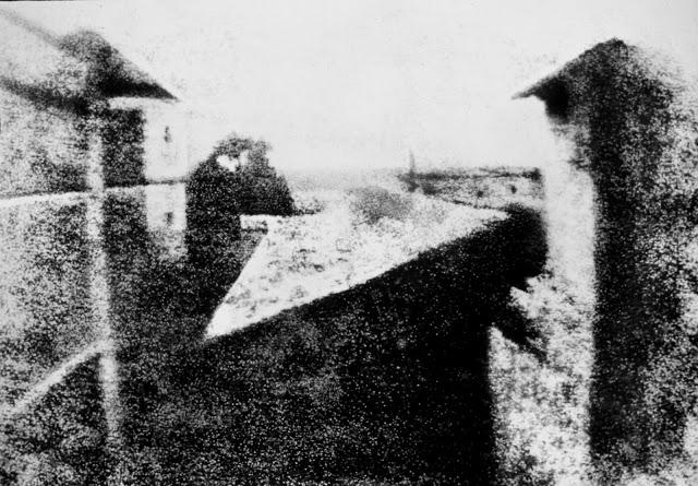 Первая фотография, 1826 год Автором первой фотографии был французский ученый Жозеф Нисефор Ньепс. Он
