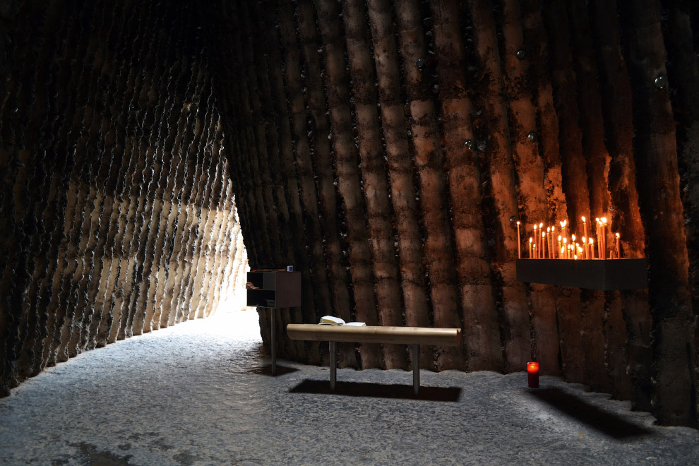 16. Построенный из бамбука зрительский зал художественного института в Гане. Он — на заднем пла