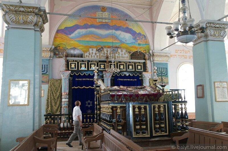 Синагога в городе Они. Зал и настенная роспись над арон кодеш