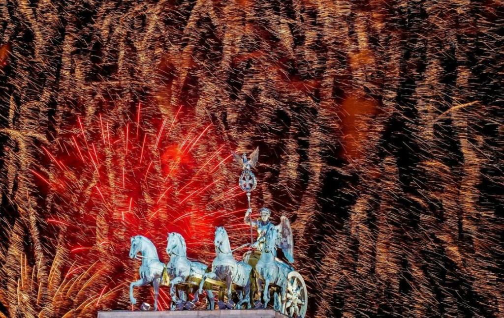 Блоги. Лучшие новогодние фейерверки со всего мира. Лондон, Сидней, Копакабана, Германия, РиодеЖанейро, Москва, Литва, Вильнюс, Малайзия, Австралия, Силуэт, Новый, пляже, девушки, встречающей, Греция, Австралия, Новогодний, салют, Парфенона