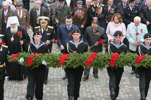 Военные моряки Франции и США возложили венки к Вечному огню во Владивостоке