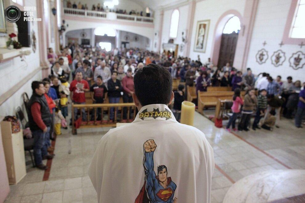 Суперпадре Умберто Альварес проводит воскресную мессу, Сальтильо, штат Коауила, Мексика.