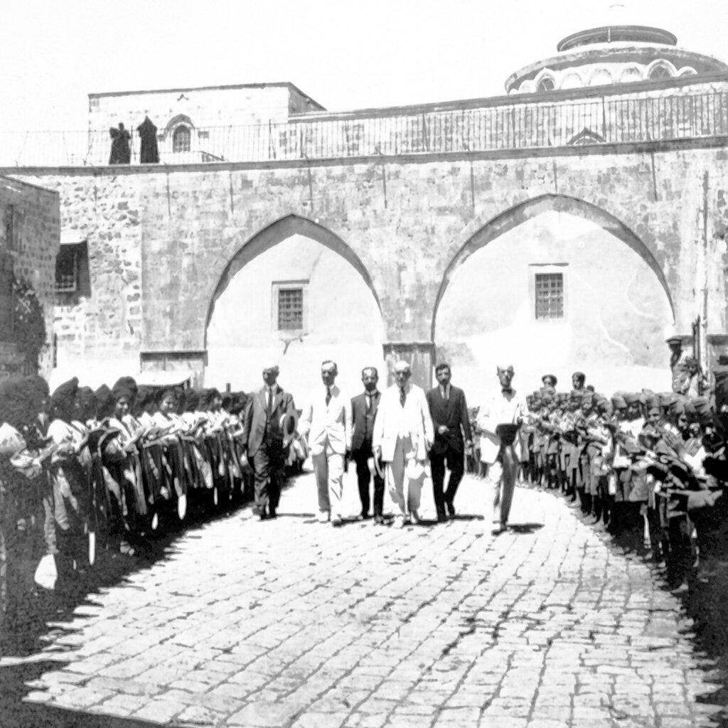 Дети из детского дома, расположенного в Монастыре св. Георгия Хозевита в Иерусалиме во время визита Левона Асадура в сентябре 1922 г.