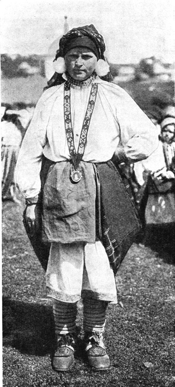 6. Замужняя женщина в праздничной одежде