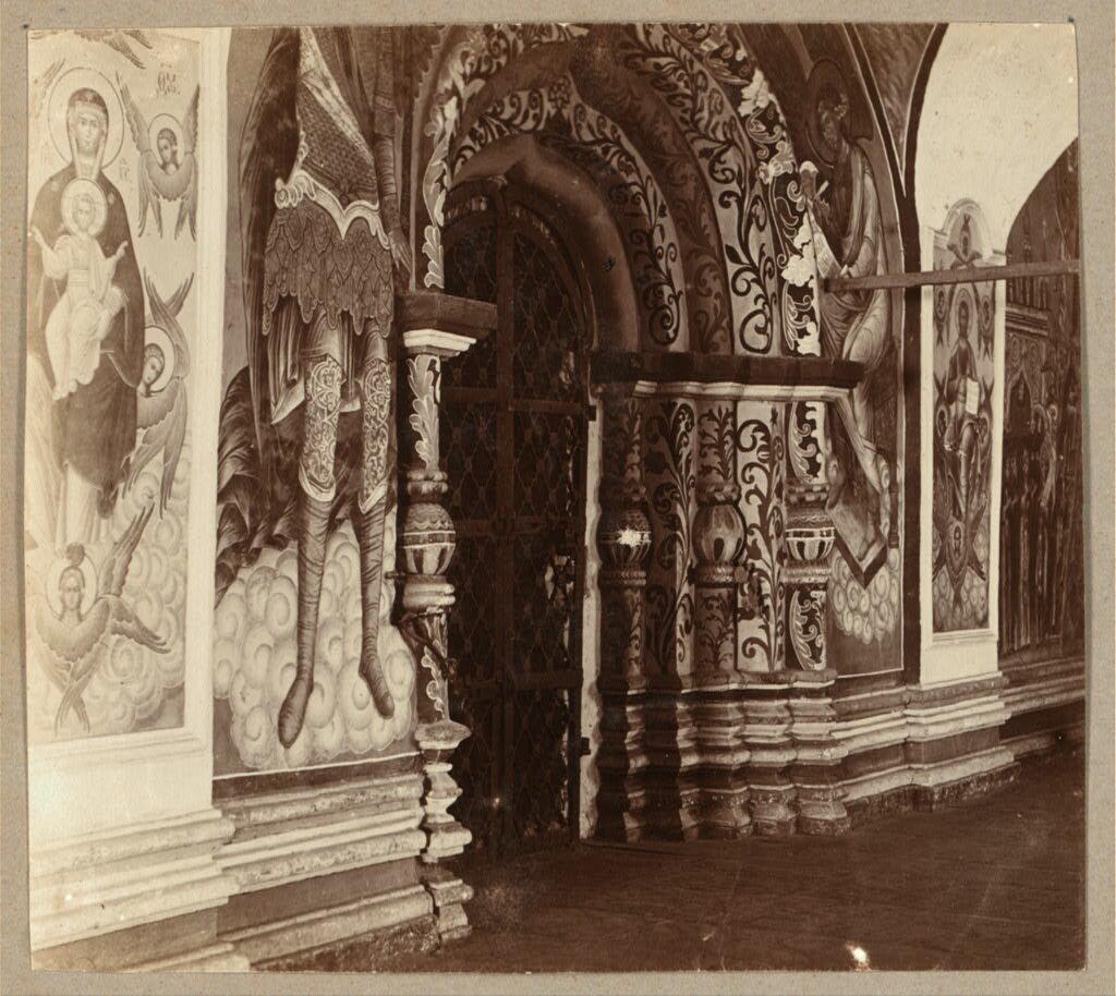 Вход из галереи в Троицкий собор с запада. 1910.