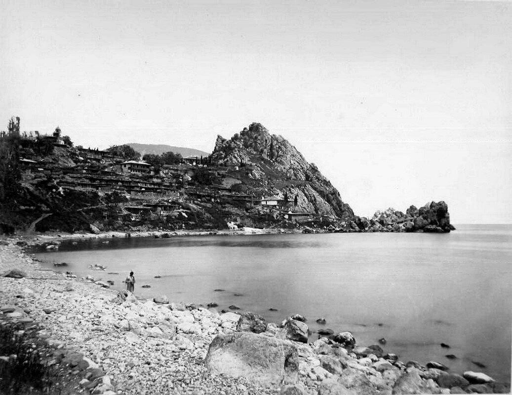 20. Вид жилых домов на скале, у побережья близ горы Аю-Даг