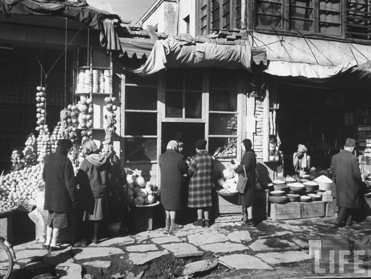 Русские женщины в очереди за покупками в Кабуле