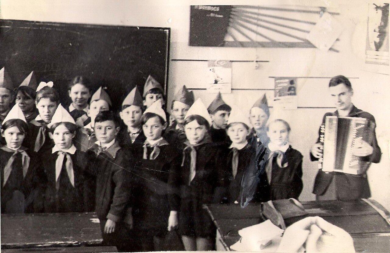 1970 год. Пионеры 5 классов проводят сбор, посвящённый 100-летию со дня рождения В.И. Ленина