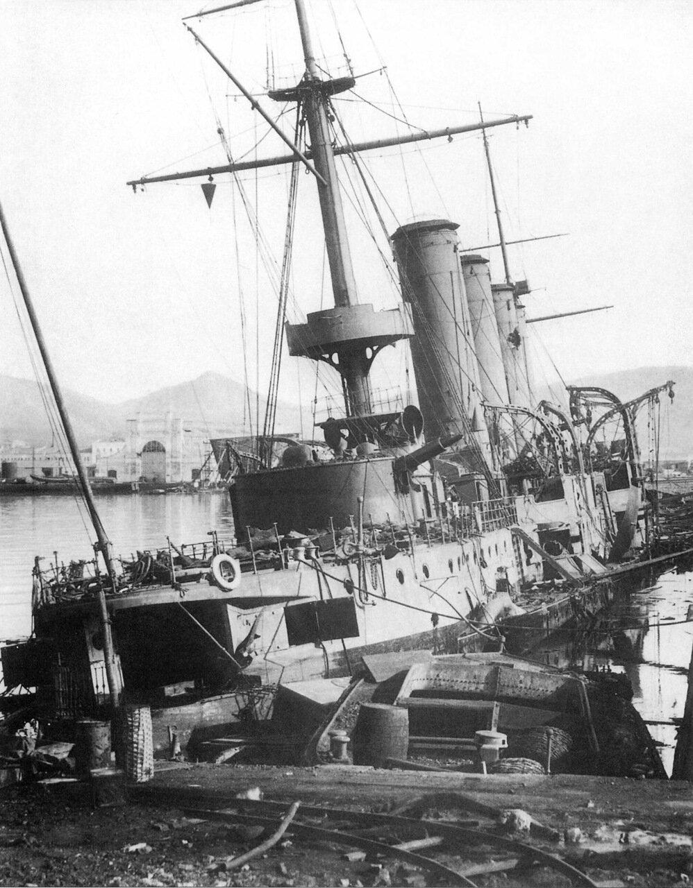 Крейсер Баян, затопленный у стенки Восточного бассейна Порт-Артура, декабрь 1904 года
