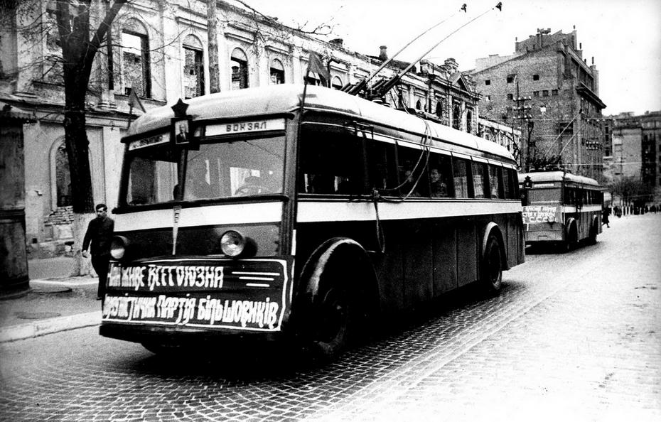 1944.11.05. Первый послевоенный выезд троллейбусов. Фото: Давидзон Я.Б.