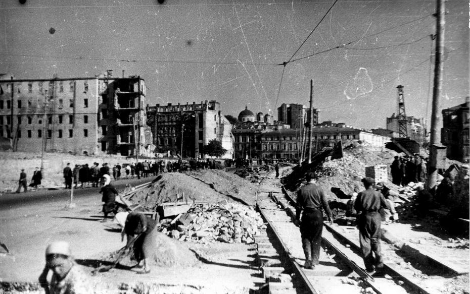 1944.10. Временная трамвайная линия на Хрещатике. Виден купол Александровского костела.