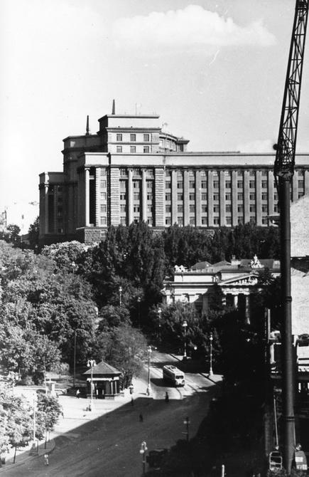 1960.05. Вид на здание Совета Министров УССР со стороны площади Сталина