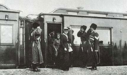 Царица Александра Фёдоровна и Цесаревич Алексей прибыли в ставку погостить, Карл Булла