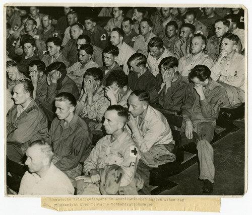 Немецкие военнопленные смотрят кино–репортаж о нацистских концлагерях
