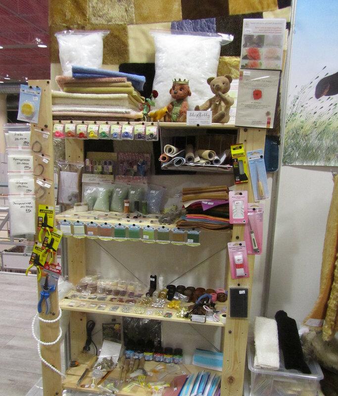 Интернет-магазин профессиональных материалов для мишек Тедди Shop4Hobby - стеллаж с материалами и инструментами на выставке Moscow Fair 2013 (с 4 по 7 апреля 2013г)
