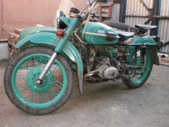 """Продам запасные части для мотоцикла  """"УРАЛ """" : Рама с вилкой, две люльки с креплением к раме, все вместе 2000."""