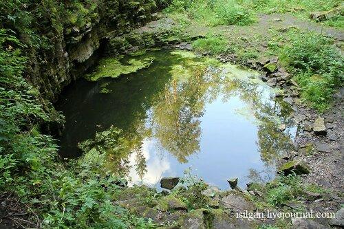 Горное озеро, внего стекают ручьи водопада