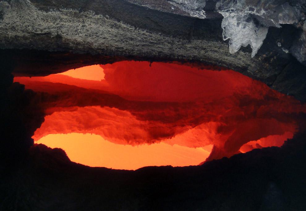 Разогретая до 1 000 градусов по Цельсию лава движется в непредсказуемом направлении, уничтожая