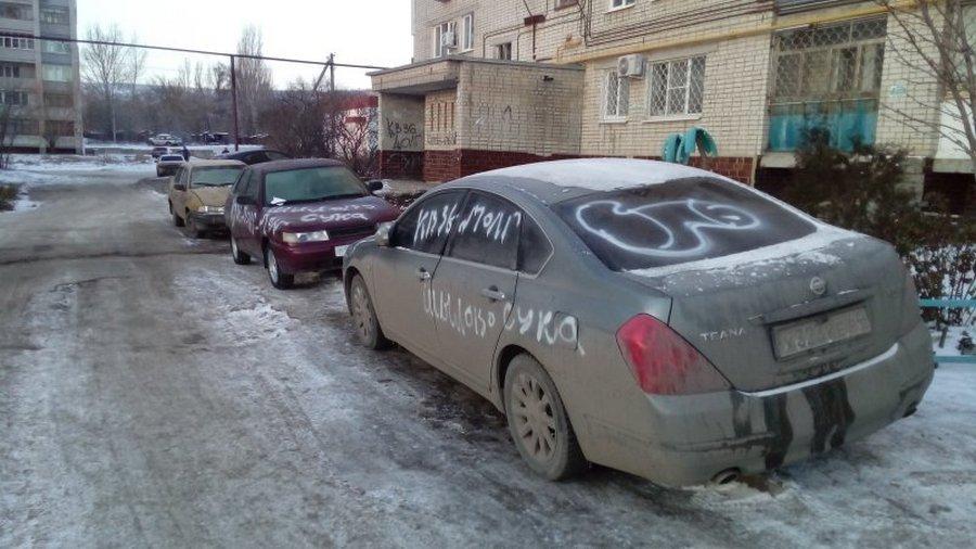 Коллекторы лютуют: в этот раз отыгрались на машинах соседей (9 фото)