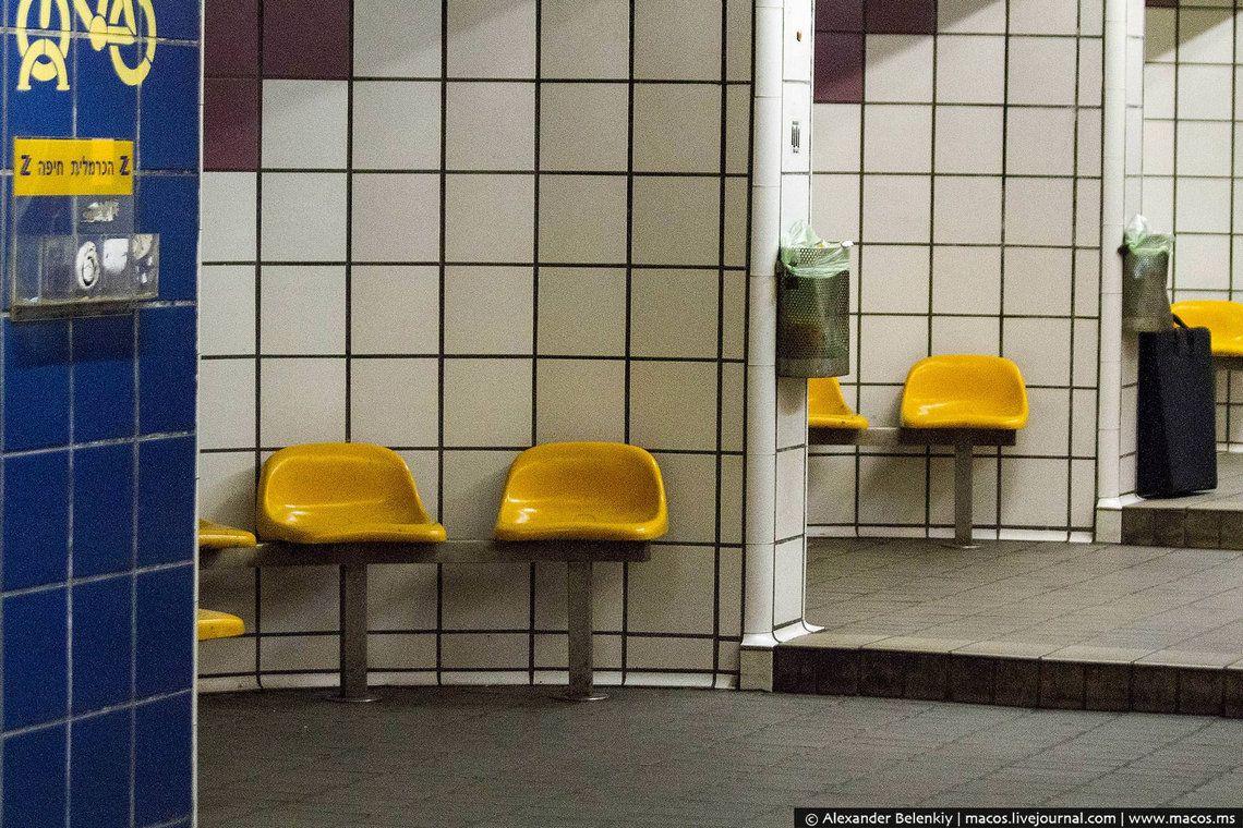15 Чтобы редкие пассажиры совсем не умерли со скуки, станции украсили странными наклейками. Вот улыб
