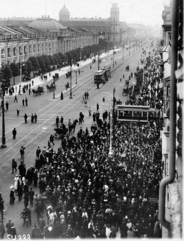 Толпа народа во время манифестации на Невском проспекте у Садовой улицы.