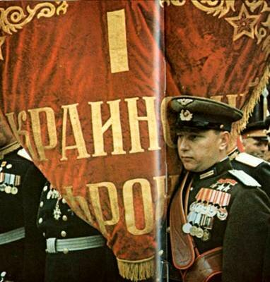 Знаменосец 1-го Украинского фронта гвардии полковник Александр Покрышкин