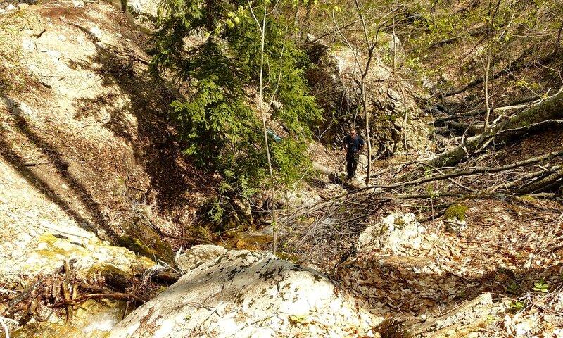 Спускаемся вдоль водопадика - ура, много воды!