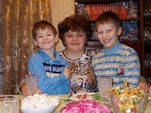 Ольга Васильевна Хмура и ее приемные сыновья Дима и Сергей