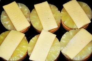 положить на бутерброд сыр