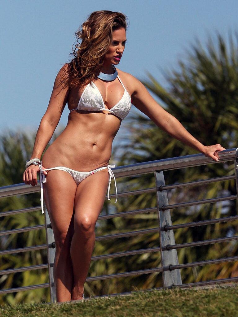 Американская фитнес-модель Дженифер Николь Ли на фотосессии в бикини