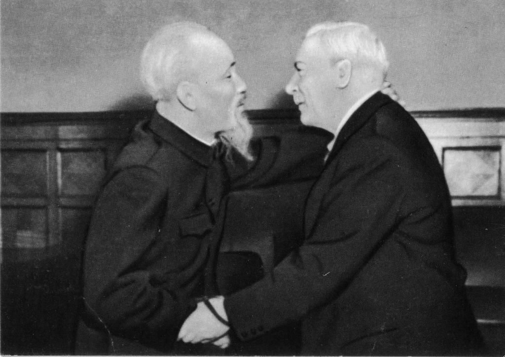 К. Е. Ворошилов и Хо Ши Мин. Москва. 1957 г.