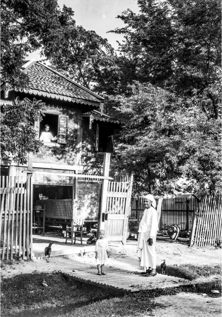 1088. Мужчина по имени Мононг Mya перед его домом