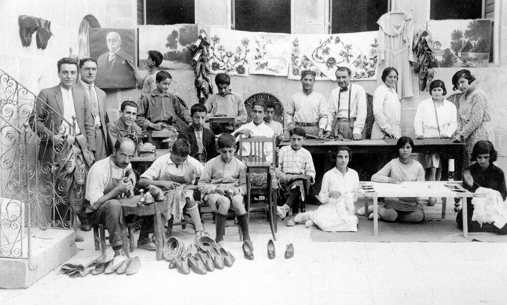 Ученики сапожников в профессионально-техническом училище при детском доме Алеппо в 1923 году