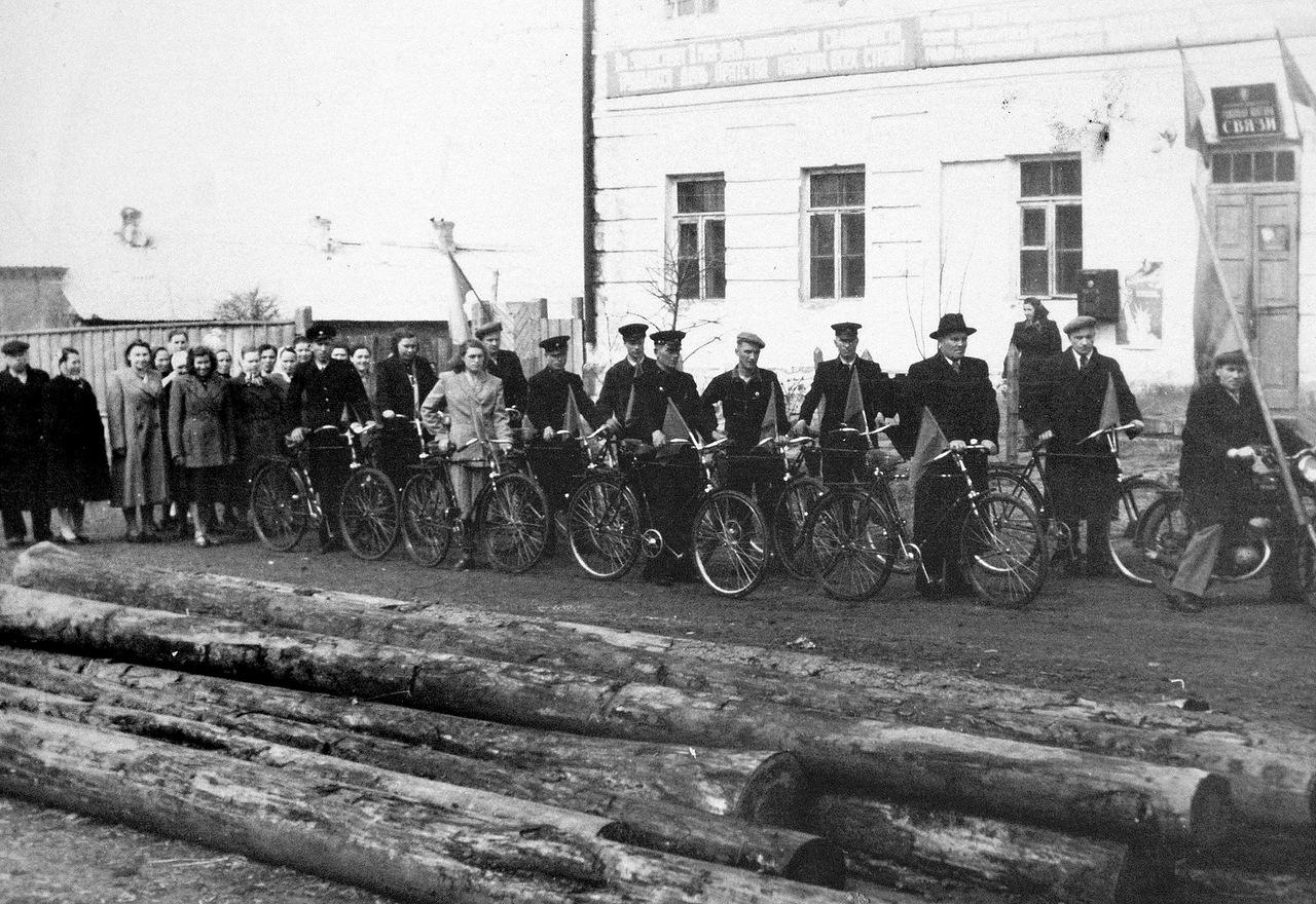 1950-е. Почтовые работники Новосильского РУС. Перед демонстрацией