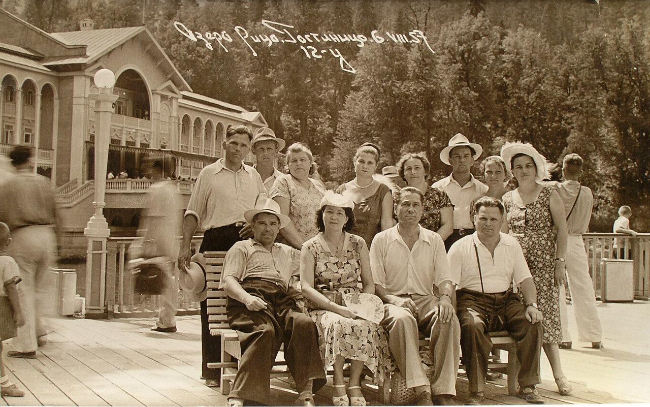 1957.  6.08. На озере Рица.