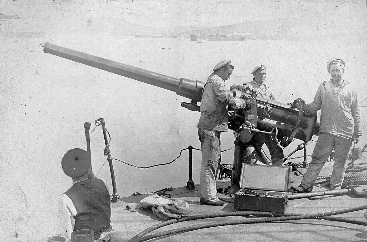 Ремонт 75-мм орудия броненосного крейсера «Громобой». 1900-е.