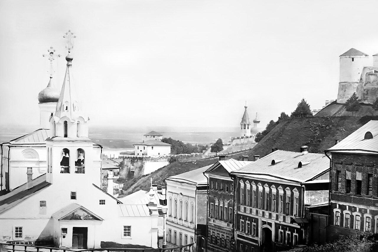 Церковь Ильи Пророка (слева) церковь Симеона Столпника (в кремле), башни (слева направо) Белая, перед ней Ивановская, кусочек Часовой и вся Северная. Фото А. О. Карелина. 1870-е гг.