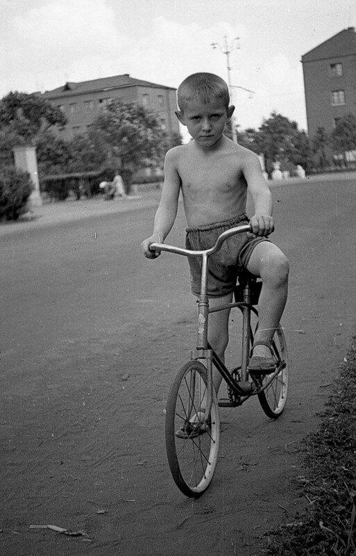 Юный велосипедист.