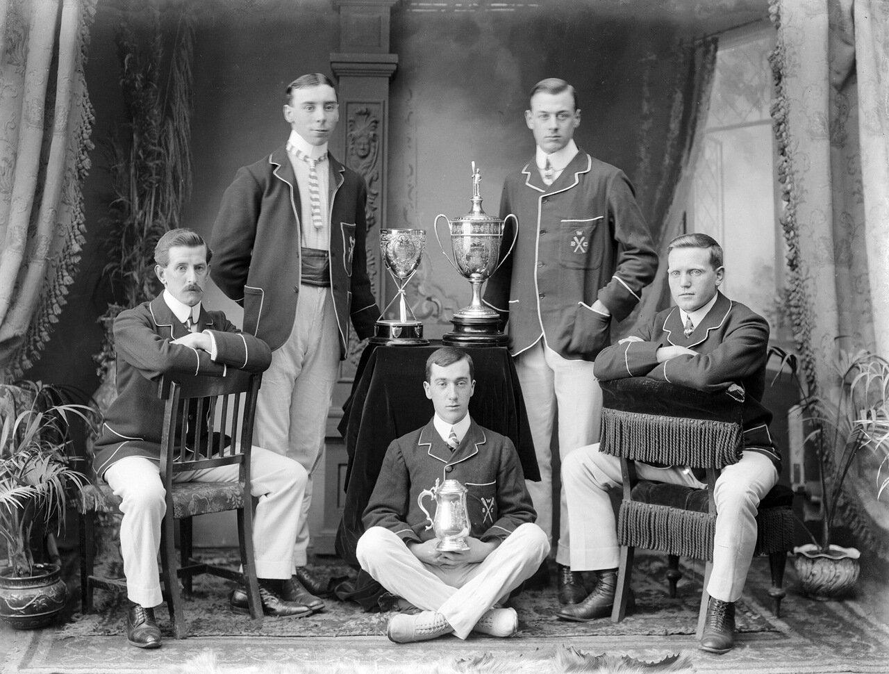 5 членов Лодочного Клуба Уотерфорд с полученными наградами 1906 г.