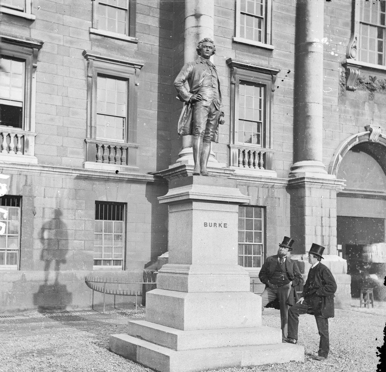 Два господина любуются статуей Эдмунда Берка рядом с Тринити-колледжом в Дублине. 1870-е