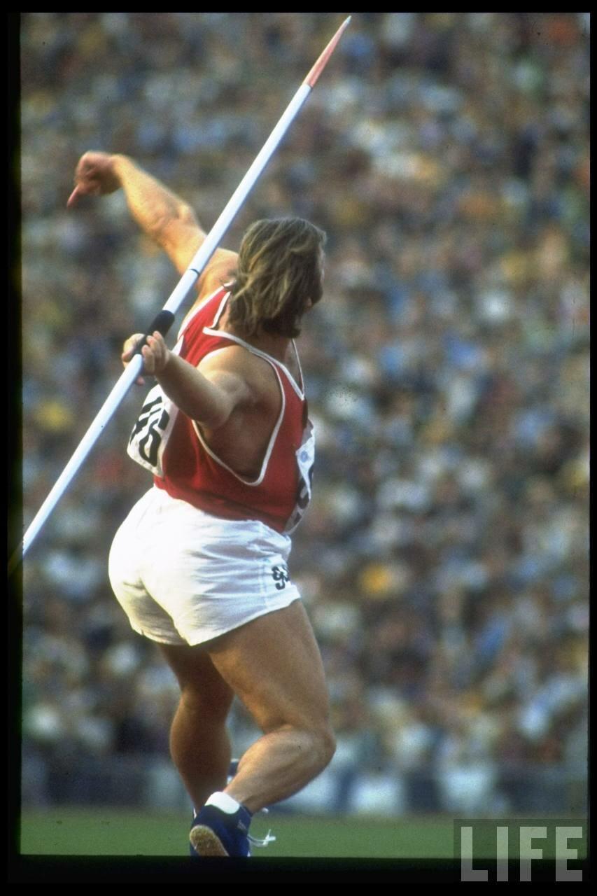 Советская спортсменка Лунис Лусис метает копье