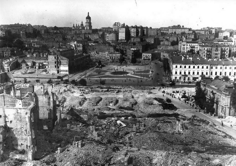 1946. Панорама исторической части центра города и вид на площадь Калинина (ныне площадь Майдан Незалежности) с улицы 25 Октября (теперь улица Героев Небесной сотни)