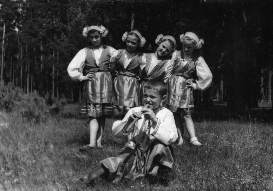 1956.07.13. Участники художественной самодеятельности Киевского Дворца пионеров и школьников во время выступления