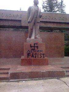 На памятнике Ленину в Кишинёве нарисовали свастику