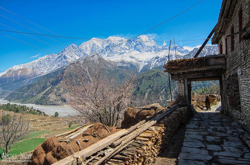 непальская деревенька по дороге к водопаду, анапурна, кобанг, непал, гималаи
